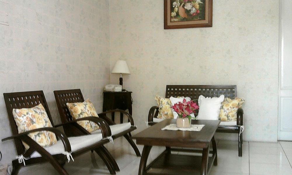 ruang tamu sederhana rumah di cibubur